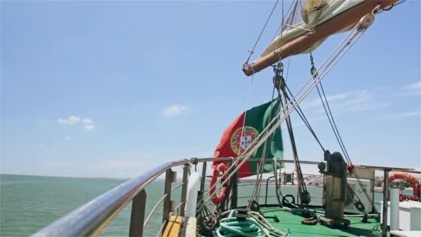 Wawing portugál zászló egy jachton a víz háttér