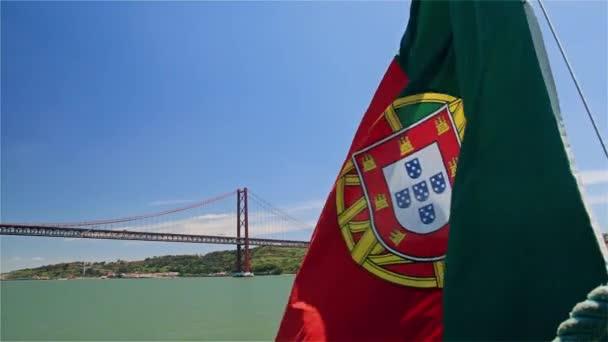 Április 25-híd és a Jézus-szobor háttérben hajón portugál zászló