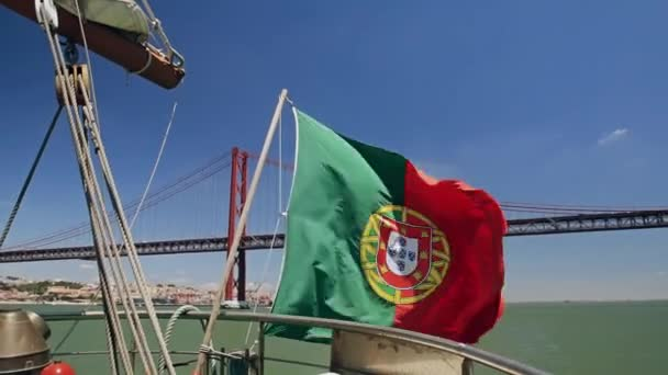 Portugál zászló a hajó a híd április 25 háttér Lisszabon Portugália
