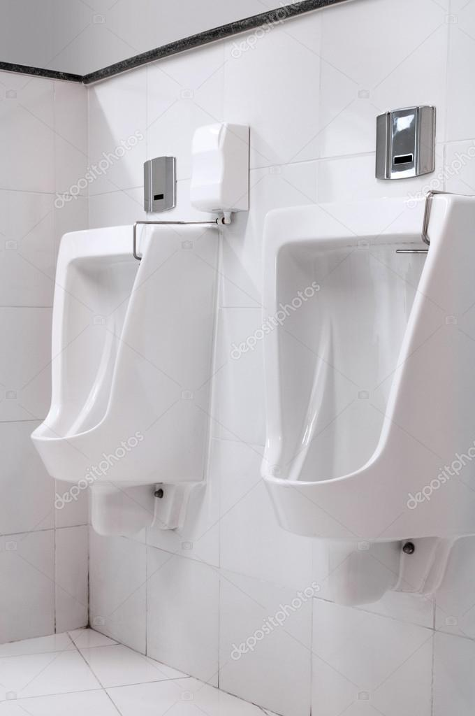 Moderne Toiletten moderne toiletten innenraum mit pissoir zeile stockfoto