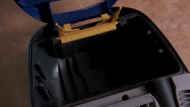 Austausch der Staubsauger-Entstaubungsanlage und des internen Staubfilters. Pflege für Reinigungsgeräte.