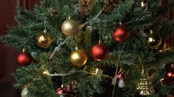 Kouzelná světla blikají na zdobeném novoročním stromě. Záblesk girlandu. Nový rok, Vánoce. 4K