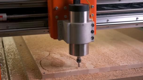 Automatizovaná řezba dřeva. CNC stroj vrtá dekorativní prvek
