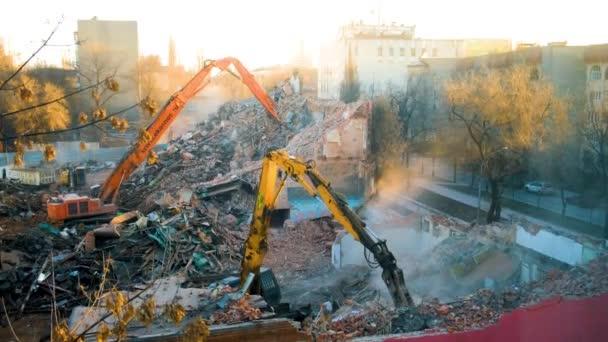 Dva bagry samohybný jeřáb zničit budovu a hrabe trosky zničeného domu. Výstavba, ničení budov. Výpis