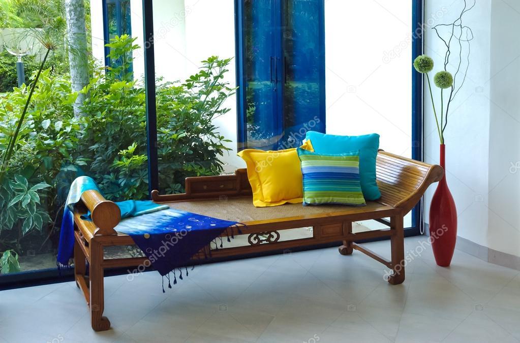 Stof Voor Kussens : Zijde stof en kussens op houten antieke sofa u stockfoto