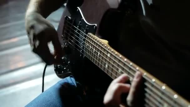 Hudebník, kytarista hrající na elektrickou kytaru. Zavřít.