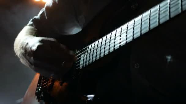 Zenész, gitáros, elektromos gitáros. Közelről..