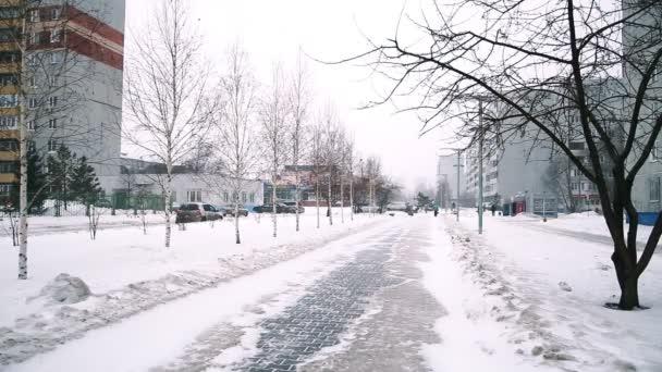sněžení na zasněžené ulici