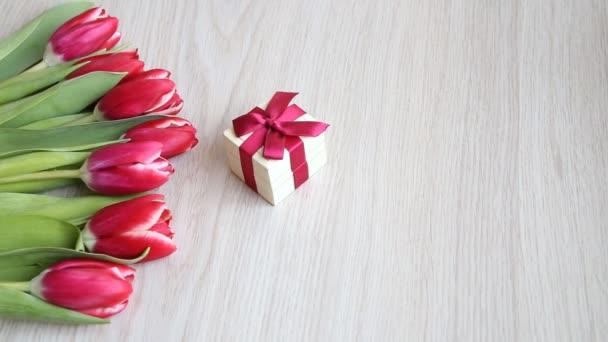 Tulipán megállapítása mellett a ajándék doboz-val egy piros orr
