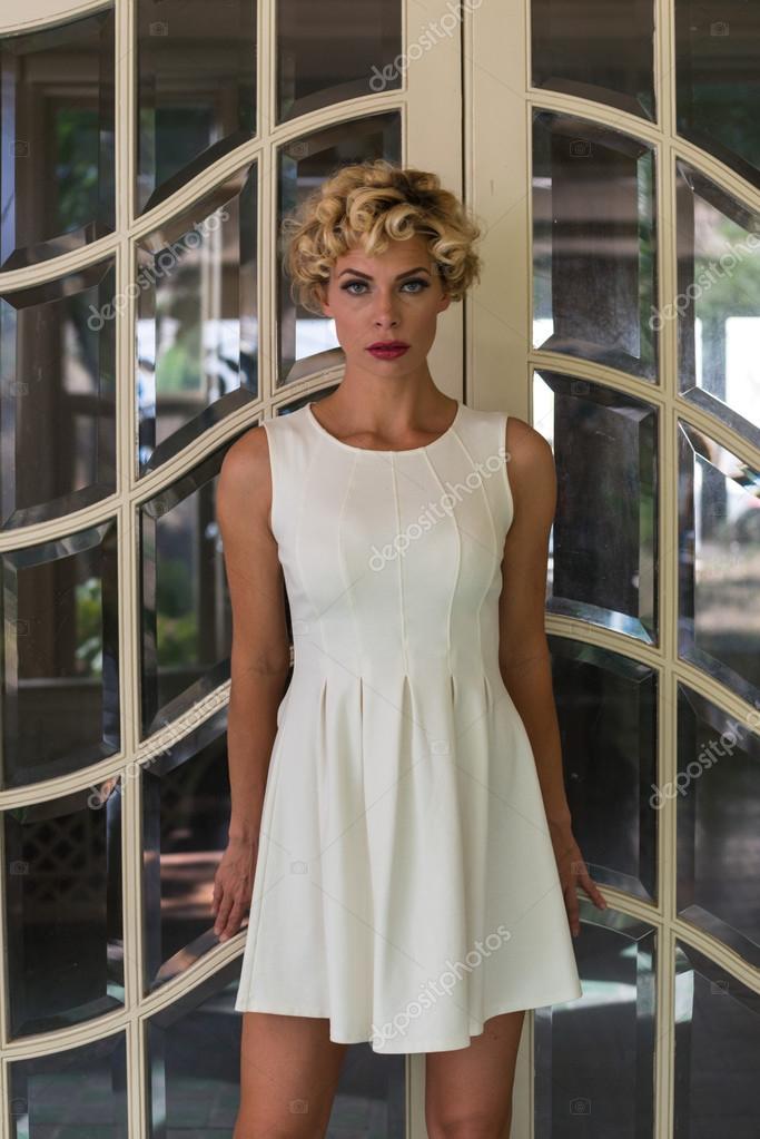 8ba68fa4e67f dívka s krátké bílé šaty — Stock Fotografie © TPOphoto  100011668