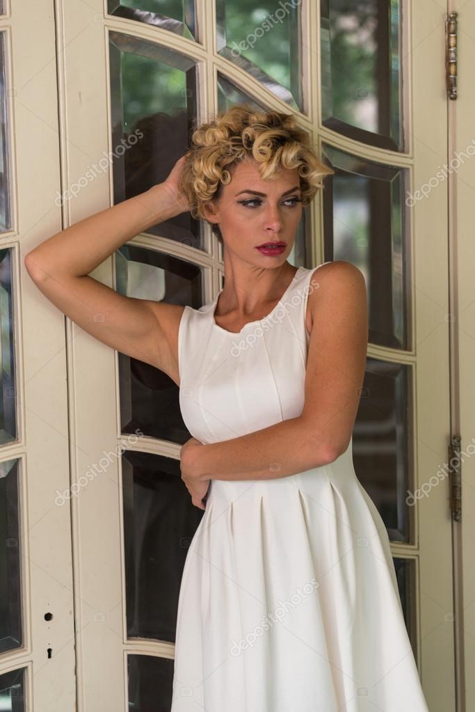 bb1efab657a4 dívka s krátké bílé šaty — Stock Fotografie © TPOphoto  100011972