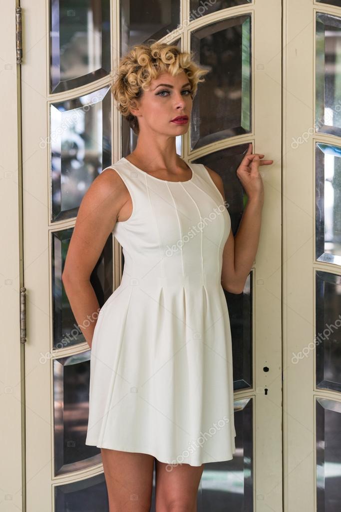 d6cdd23d4d73 dívka s krátké bílé šaty — Stock Fotografie © TPOphoto  100011984