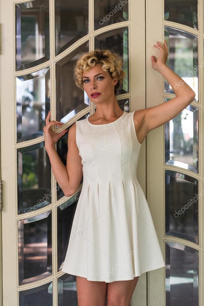 4c46dbd0ca12 dívka s krátké bílé šaty — Stock Fotografie © TPOphoto  100012032