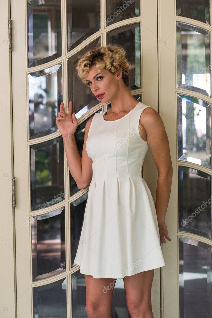 130876004696 dívka s krátké bílé šaty — Stock Fotografie © TPOphoto  100012520
