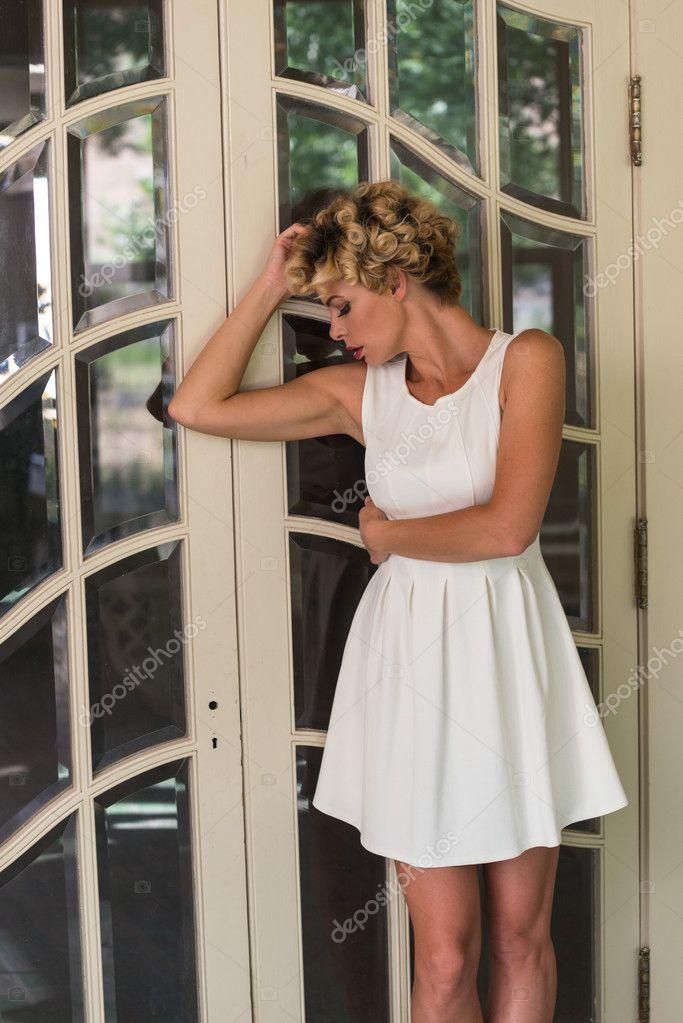 e960ee932140 dívka s krátké bílé šaty — Stock Fotografie © TPOphoto  100012688