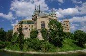 Fotografie Prohlédni si na středověký zámek Bojnice s gotickou věží a barevné r