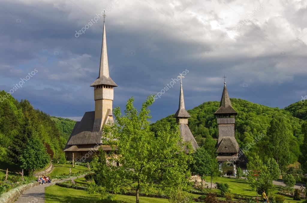 バーサーナ木造教会の修道院。ル...