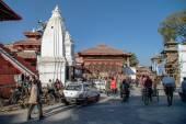 Lidé, kola a auta na náměstí Hanuman Dhoka H