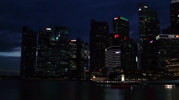 Szingapúr, Szingapúr - 2020. január 07. Éjszakai kilátás az üzleti központ a város a Marina Bay területen a város töltése.