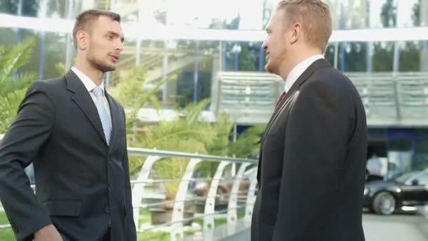 Handshake podnikatel poblíž kancelářská budova