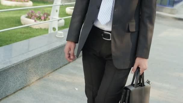 podnikatel v obleku přijde kancelářská budova