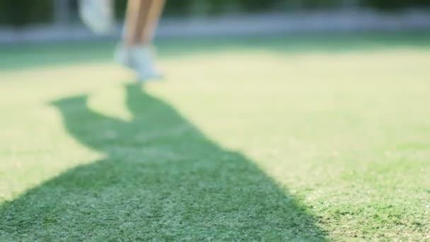 Sportovec dělat cvičení na stadionu