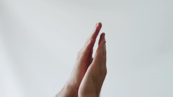 Tapsolj fehér háttér előtt, tapsolj elszigetelten a fehéreknek, tapsolj egy férfinak.