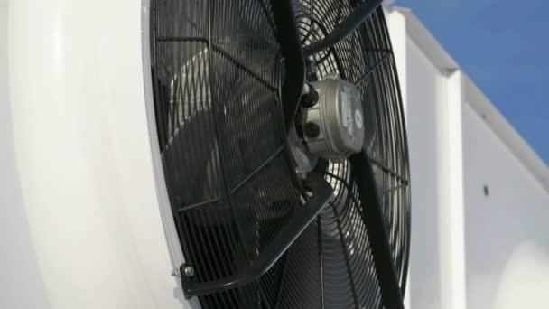 neue industrielle Großklimatisierungsventilatoren vor blauem Himmel