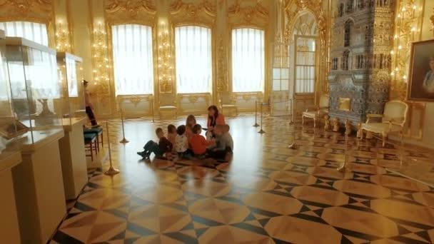 Rusko Slavkov - 22 duben: děti sedí na podlaze a poslouchat turné v muzeu Royal
