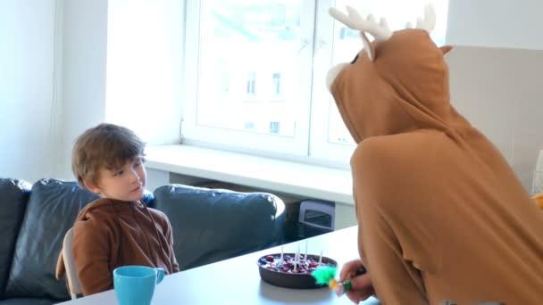 zlobivý chlapec na jeho narozeniny, táta se snaží rozveselit ho