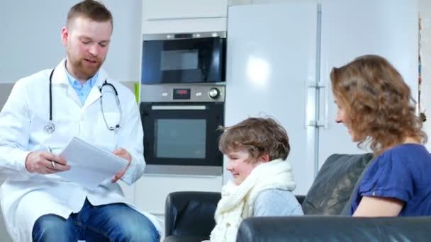 domácí lékař přišel na sick boy a jeho matka. zkoumá záznamy a dětské četby v poznámkovém bloku