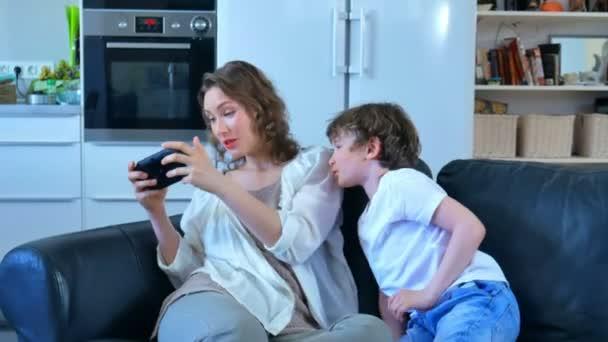 Mama spielt der Narr, nahm einen Sohn, Spiel und spielen
