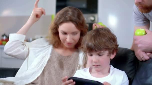Rodinné vztahy mezi šťastné syn, otec a matka