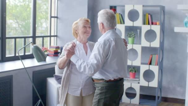 Aktivní do důchodu a volnočasové aktivity, šťastný tanec starší pár