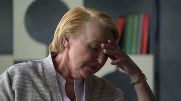 kranken älteren Frau Husten und fühlt sich sehr schlecht