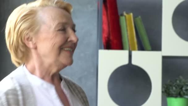 Aktív nyugdíjas és a szabadidős tevékenységek, happy dance egy idős házaspár