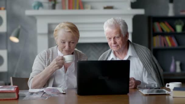 Älteres paar Surfen im Internet mit Laptop. Glücklich älterer Mann und Frau mit computer