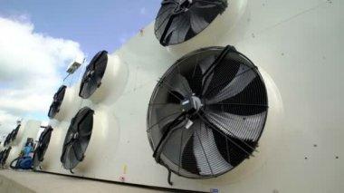 Moderne Ventilatoren grote industriële ventilatoren in een moderne fabriek schieten met