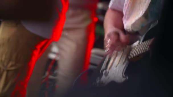 muž s elektrickou kytaru hraje hudbu na koncert