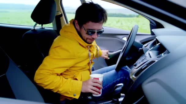 4728820c45e48 L'homme est assis dans la voiture, porter une ceinture de sécurité et se  déplace– séquence vidéo