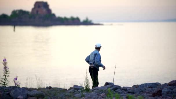 Rusko Finského zálivu-12 června 2016: rybář hází Rybářské cajky na velkém jezeře v létě sunrise