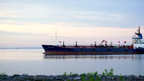 Rusko Finského zálivu-12 června 2016: nákladní transportní loď na široké řece v létě sunrise