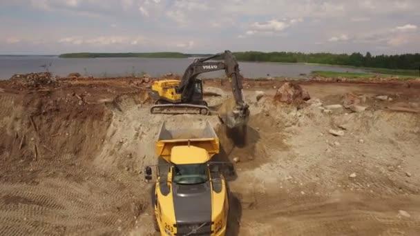 Rusko St.Peterburg - 21. června: rypadlo kopání pozemní a načíst truck