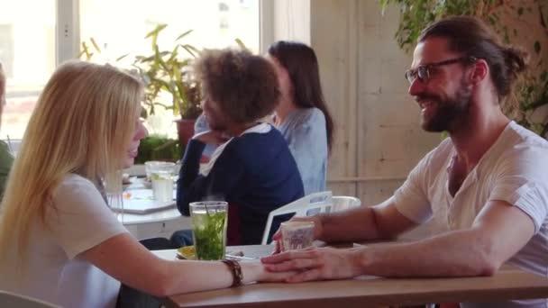 Bokovky se svou přítelkyní na romantické rande v roztomilé malé Cafe