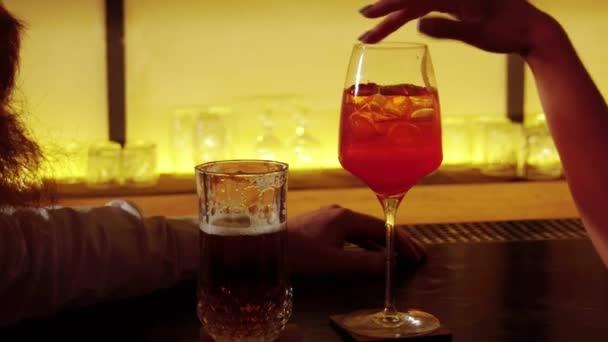 Womans közelről és mans kezében sört és koktélokat sörgyár össze szemüveg