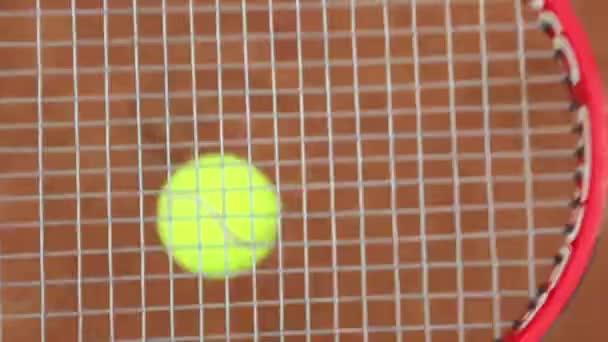 tenisovou raketu a nové tenisák na čerstvě natřené tenisový kurt