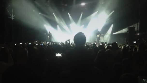 Felvétel, a tömeg egy rock koncerten bulizás