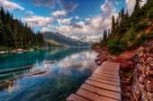 Fa gyalogjárda tó mentén