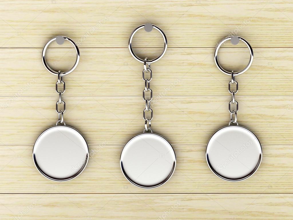 Uppsättning av Tom runda metall nyckelringar hänger på en trävägg —  Stockfoto 81665afcce823