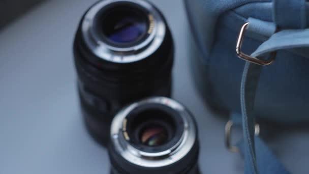 Paar Kameraobjektive beim Fotoshooting hinter der Bühne